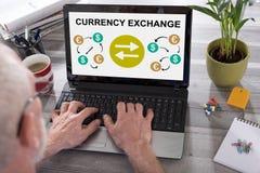 Conceito da troca de moeda em uma tela do port?til imagens de stock