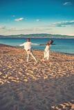 Conceito da união e do casamento dança da união e do casamento na cerimônia na praia do verão fotos de stock royalty free