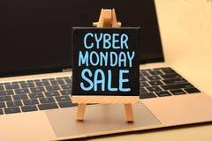 Conceito da venda de segunda-feira do Cyber no quadro de mensagens do portátil Fotografia de Stock Royalty Free