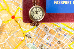 Conceito da viagem da viagem do curso, destino das vistas marcado pelo pino no mapa Copie o espaço foto de stock