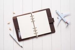 Conceito da viagem de negócios Avião e caderno aberto da placa para o seu fotografia de stock