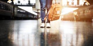 Conceito da viagem do curso do desejo por viajar da partida do mochileiro foto de stock