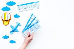 Conceito da viagem da família Brinquedo de Airplan, cookie do balão de ar, bilhetes airplan no espaço branco da cópia da opinião  Imagens de Stock