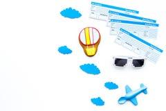 Conceito da viagem da família Brinquedo de Airplan, cookie do balão de ar, bilhetes airplan no espaço branco da cópia da opinião  Imagem de Stock