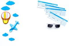 Conceito da viagem da família Brinquedo de Airplan, cookie do balão de ar, bilhetes airplan no espaço branco da cópia da opinião  Fotografia de Stock