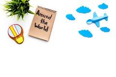 Conceito da viagem da família Brinquedo de Airplan, cookie do balão de ar Entregue em todo o mundo a rotulação no caderno no fund Imagens de Stock