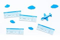 Conceito da viagem da família Brinquedo de Airplan, nuvens, bilhetes airplan na opinião superior do fundo branco Fotos de Stock