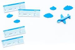 Conceito da viagem da família Brinquedo de Airplan, nuvens, bilhetes airplan no espaço branco da cópia da opinião superior do fun Foto de Stock
