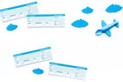 Conceito da viagem da família Brinquedo de Airplan, nuvens, bilhetes airplan no espaço branco da cópia da opinião superior do fun Fotografia de Stock