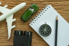 Conceito da viagem por estrada do planeamento do curso com avião, compasso, binocu Imagens de Stock