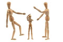 Conceito da violência com os manequins articulados de madeira foto de stock