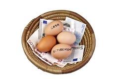 Conceito das economias do ovo da cesta Fotografia de Stock Royalty Free