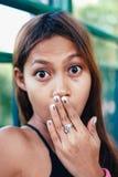 Conceito das expressões da cara de choque Close up da boca surpreendida chocada da coberta da mulher com mãos imagem de stock