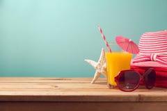 Conceito das férias das férias de verão com artigos do suco de laranja e da praia Imagens de Stock Royalty Free