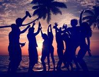 Conceito das férias das férias de verão do partido da praia da celebração dos povos fotografia de stock