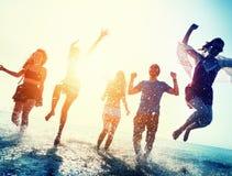 Conceito das férias de verão da praia da liberdade da amizade imagens de stock