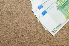 Conceito das férias, dinheiro na areia do mar, custos de curso Fotografia de Stock Royalty Free