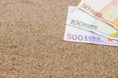 Conceito das férias, dinheiro na areia do mar, custos de curso Imagem de Stock