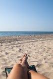 Conceito das férias, pedicure azul do pé bonito das mulheres perto do lan do mar fotos de stock royalty free