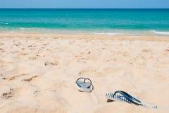 Conceito das f?rias de ver?o Deslizadores na praia tropical Sandy Beach com fundo do mar e do c?u azul imagens de stock royalty free