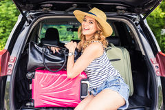 Conceito das férias, do curso - jovem mulher pronta para a viagem em férias de verão com malas de viagem e carro Imagem de Stock Royalty Free