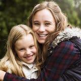 Conceito das meninas de Hug Togetherness Outdoors da irmã fotografia de stock royalty free