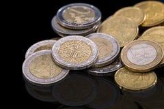Conceito das moedas do Euro das pilhas isoladas Fotografia de Stock Royalty Free