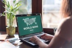 Conceito das notícias do mundo em uma tela do portátil Imagem de Stock