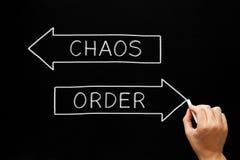 Conceito das setas do caos da ordem no quadro-negro Imagens de Stock Royalty Free