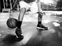 Conceito das táticas do jogo do esporte do jogador de basquetebol Fotografia de Stock