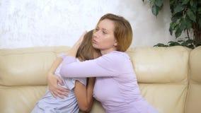 Conceito de abraços da mamã do apoio e da confiança da família e da filha adolescente dos confortos que senta-se no sofá na sala  vídeos de arquivo