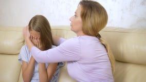 Conceito de abraços da mamã do apoio e da confiança da família e da filha adolescente dos confortos que senta-se no sofá na sala  filme