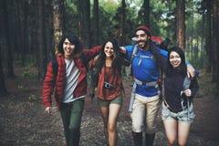 Conceito de acampamento da trouxa da aventura da amizade do passeio na montanha Imagens de Stock Royalty Free
