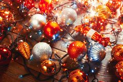 Conceito de ano novo e de projeto do Natal 2019 Brinquedos da celebração e fundo de madeira de Garland On A com luzes imagens de stock royalty free