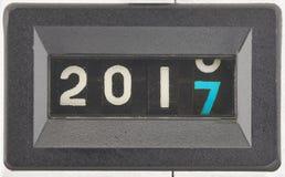 Conceito de 2017, ano novo Feche acima dos dígitos de um contador mecânico fotos de stock royalty free