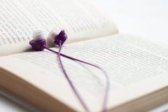 Conceito de Audiobook dos fones de ouvido e dos livros, fones de ouvido com livros fotografia de stock royalty free
