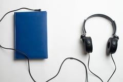 Conceito de Audiobook dos fones de ouvido e dos livros, fones de ouvido com livros fotografia de stock