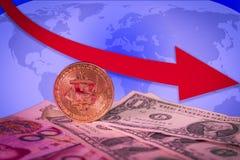 Conceito de aumentação financeiro do mercado de urso com bitcoin dourado acima das contas do dólar e do yuan fotografia de stock