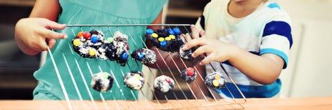 Conceito de Baking Homemade Cookie da irmã do irmão imagens de stock