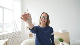 Conceito de bens imobiliários e da vida só Jovem mulher feliz que move-se para a casa nova video estoque