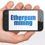 Conceito de Blockchain: Entregue guardar Smartphone com mineração de Ethereum na exposição Imagem de Stock Royalty Free