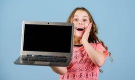 Conceito de Blogging Menina da criança com laptop Pouco criança que usa o PC Tecnologia de Digitas Estudo da criança com fotografia de stock royalty free