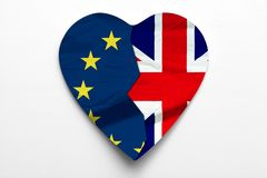 Conceito de Brexit do Reino Unido que deixa a União Europeia Union Jack e as bandeiras da UE formam um coração ilustração stock