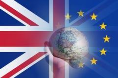Conceito de Brexit Uma mão que guarda um globo que focaliza em America do Norte Com as bandeiras de Union Jack e do E U mergulhad ilustração royalty free