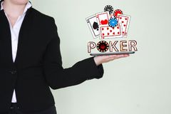 Conceito de cartões e de microplaquetas de vencimento do pôquer Foto de Stock