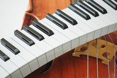 Conceito de chaves envelhecido do violino e do piaone rendição 3d Fotos de Stock