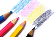 Conceito de Cmyk - textura de madeira do pastel com os desenhos amarelos e pretos cianos da magenta vermelha azul no fundo do Liv fotografia de stock