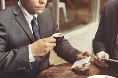 Conceito de Coffee Break Phone do homem de negócios Fotografia de Stock