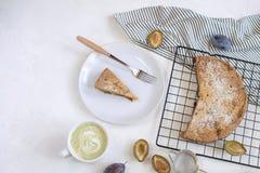 Conceito de cozimento do outono - torta da ameixa imagens de stock royalty free