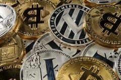 Conceito de Cryptocurrency Pilha rica de bitcoins, de litecoins e de ethereum Imagens de Stock